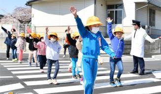 「止まる、見る、待つ」のポイントを意識し、安全に横断する末崎小児童