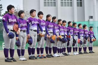 練習前にグラウンドにあいさつする花巻東高女子硬式野球部の初代メンバー13人=花巻東高グラウンド