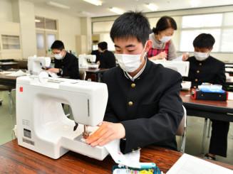 ミシンでマスクを製作する福岡工高の生徒たち
