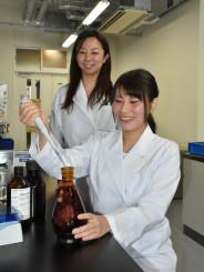 杉山育美助教の指導を受け、研究に励む杣悠華子さん(右)