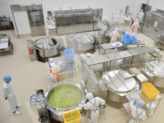 本年度、稼働した新給食センターの調理室。アレルギー対応食も提供する