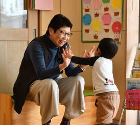 優しい笑顔で園児と触れあう宮下啓子さん。子どもたちに思いを寄せながら被災地で8年間に及んだカウンセラーとしての仕事を終えた=3月中旬、宮古市