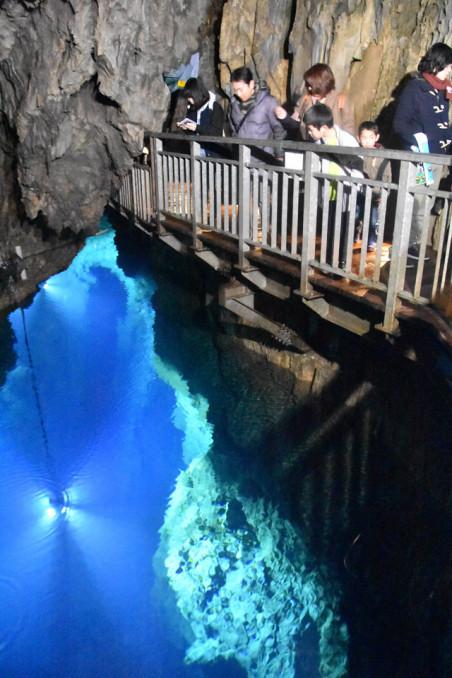 地底湖を眺める来場者でにぎわう龍泉洞=2017年3月、岩泉町