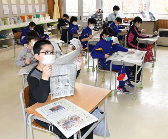 朝学習で一人一人に配られた岩手日報を読む江刺家小の5、6年生