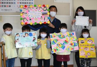 メッセージボードや手紙を寄贈した園児たち