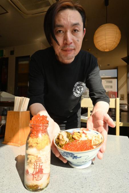 地方創生賞を受賞した瓶ドンを提供する宇都宮純一店長