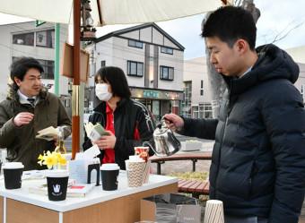 野田村で新たに「新書カフェ」を始めた大門大朗さん(右)。住民が気軽に本に触れる機会を増やす