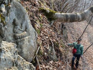 岩の上で発見された大日如来坐像