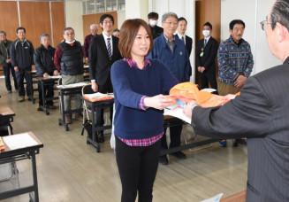 猿子恵久町長から委嘱状などを受け取る新隊員の村上敦美さん(中央)。鳥獣被害防止に向けた活躍や若手への技術継承が期待される
