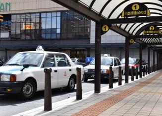 閑散としたJR盛岡駅前で客を待つタクシーの列=19日午後1時、盛岡市