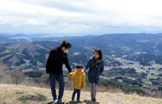 室根町内や気仙沼市街地が一望できる山頂付近。家族連れなどがドライブに訪れた