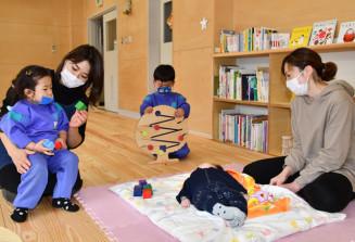 平田地区子育て支援センターの見学に訪れた親子