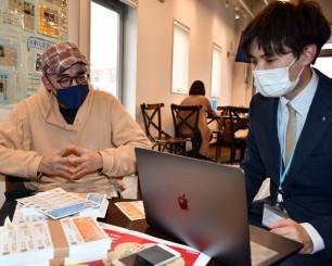 応援キップを企画した魚山宏さん(左)と協力する山崎智樹さん。小規模事業者の事業継続の一助とする
