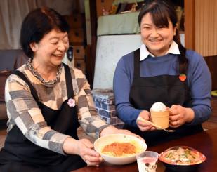 手作りの食事で「子どもから高齢者まで気軽に集まれる場にしたい」とほほ笑む上野佐世子さん(右)と古月久美子さん