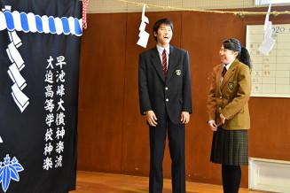 早坂優聖さんから、神楽の練習場所を案内される阿部浬歩さん(右)
