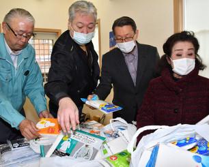 大阪府の医療機関に届ける雨がっぱを整理する釜石ライオンズクラブの会員