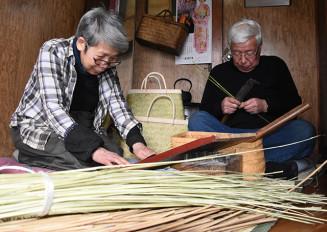 竹細工を製作する鈴木隆代表(右)と妻ヤエさん。材料となるスズタケの枯死で産地は危機を迎えている=一戸町鳥越