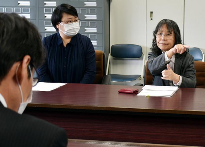 聴覚障害者に情報が行き届くよう手話で訴える高橋幸子副会長(右)