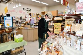 10年の節目を迎える「ハートフルショップまごころ」の店内。障害者が手掛けた魅力ある商品の開発に力を注ぐ