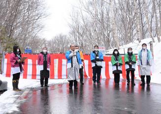 冬季通行止めが解除された八幡平樹海ラインの開通式典。初日は積雪のため通行できなかった