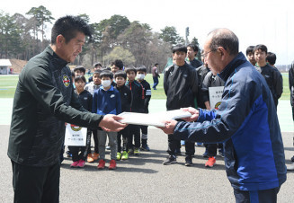 協定書を取り交わす中村司代表(左)と乙茂内利夫会長