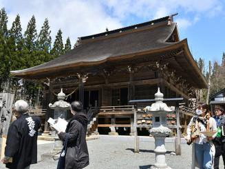 大修理を終えた天台寺の本堂。360年ぶりの建立当初の姿を見せている=二戸市浄法寺町