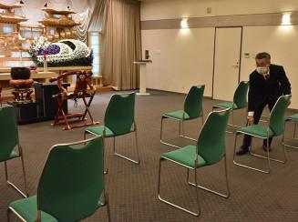 葬儀会場の椅子を離して並べるセリオホール中野のスタッフ。新型コロナウイルス感染症は葬儀の形にも影響を及ぼしている=盛岡市中野