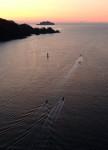 朝焼けへ連なる航跡 釜石・両石湾