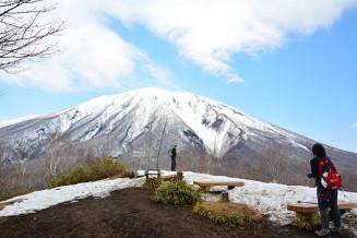 新型コロナウイルス感染症の拡大防止のため、山開き行事が中止になった鞍掛山の山頂。岩手山を望む登山客は少なかった=29日午前11時15分、滝沢市