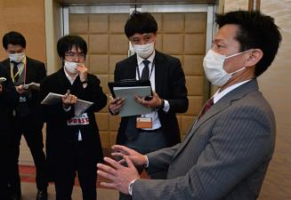 会議終了後、議論の内容を報道陣に説明する県中体連の二階堂聡理事長(右)=盛岡市内