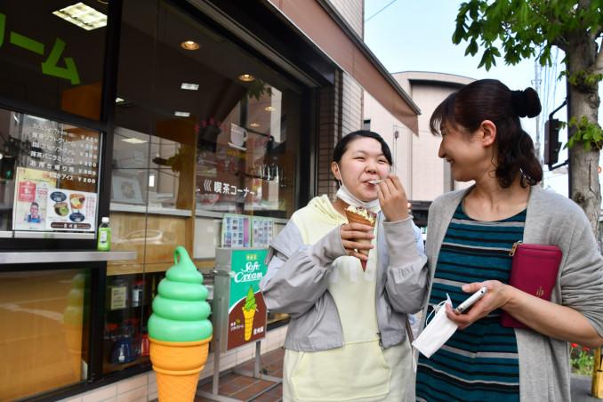 涼を求め、ソフトクリームを味わう親子=2日午後3時38分、一関市大町
