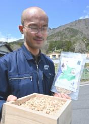岩泉町産ナラの薫製チップをアピールする松永充信ステージマネジャー