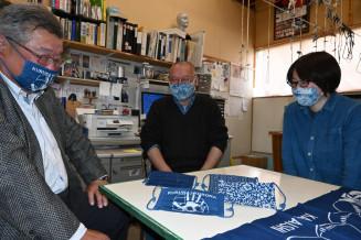 藍染めで制作したマスクを前にほほ笑む(左から)細川裕司さん、根子精郎さん、根子さんの弟子の中村涼子さん