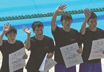 昨年の中総体(メドレーリレー)。右から藤原照護さん、大矢一誠さん、平沢丈一郎さん、白藤楓さん(いずれも3年)
