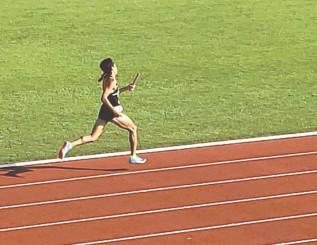 県高校新人陸上競技大会1600メートルリレー決勝で優勝した際の佐々木優里さん=2019年9月、金ケ崎町