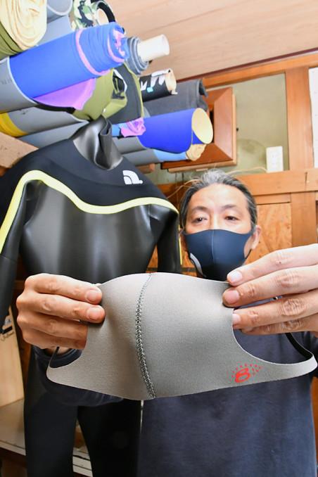 ウエットスーツの製造技術を生かして生産販売しているマスク