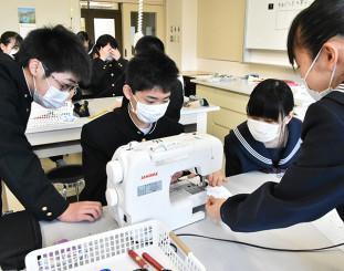 手ぬぐいを素材としてマスク作りに励む生徒