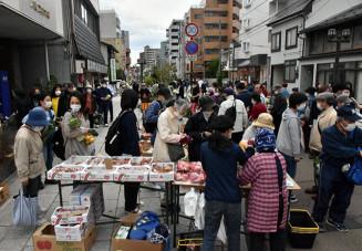 大勢の人が訪れた「よ市」。マスク姿で店を巡った=9日、盛岡市材木町
