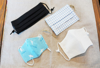 ChikChikで販売されている手作りマスク。夏に向け薄手の布を活用したものや、涼しげな色合いのものが並ぶ