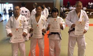 2019年の体重別大会で賞状を掲げる(左から)小屋畑公太さん、三上京史さん、須藤結子さん、副島隆太さん