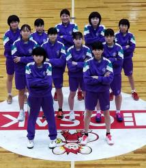 関東遠征で訪れた日本リーグのチームのホーム体育館で、チーム全員で撮影=2月