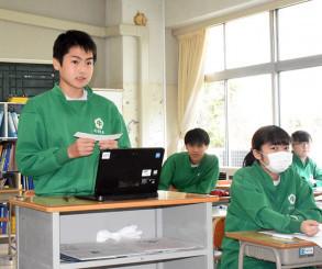 タブレット端末を使って自分の意見を述べる遠藤敦喜さん(左)