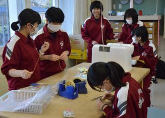 マスク製作に励む家庭部の生徒たち