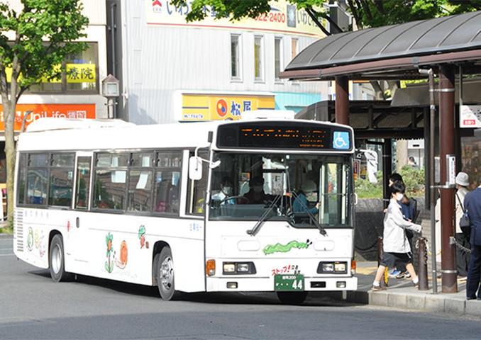 盛岡中心市街地循環バス「でんでんむし」=2019年5月、盛岡市・盛岡駅前