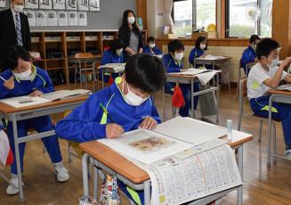 朝学習で岩手日報を読み、感想を書き込む仁左平小の5、6年生
