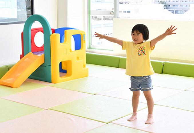 音楽に合わせ、伸び伸びと体操する佐々木彩未ちゃん