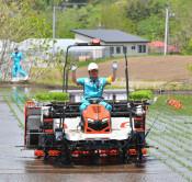 先端技術、米作りに希望 二戸で田植え機活用実証
