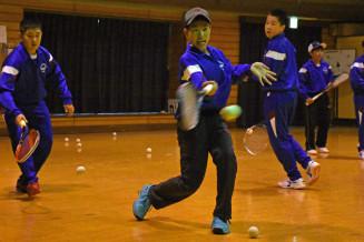 県中学校総体中止の悔しさを胸に練習に打ち込む中野中ソフトテニス部の選手たち=19日、洋野町中野