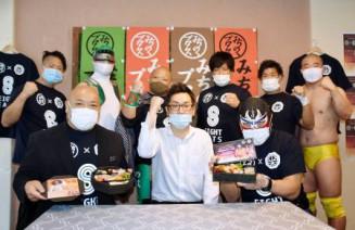 宅配弁当店「八栄堂」での出発式で意気込む「みちのくプロレス」の選手たち=20日午前、盛岡市