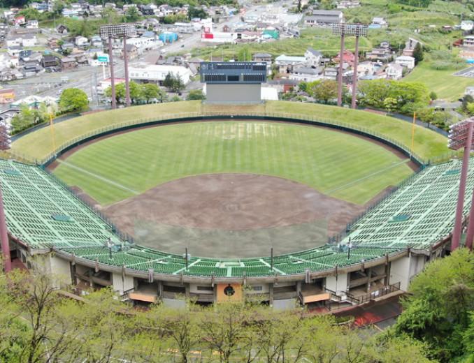 本県のメイン球場として、高校野球史に残るドラマの舞台となってきた盛岡市の県営球場。スタッフが3、4日に1度、芝生を刈り、球児の活躍を心待ちにしている=20日(本社小型無人機から撮影)